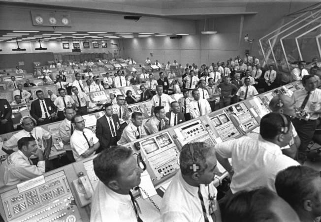 1969年7月16日阿波羅11號發射時,甘迺迪太空中心人員屏氣凝神注視。(Getty Images)