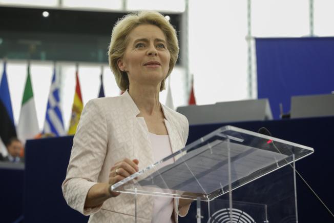 范德賴恩16日成為歐盟執委會首位女主席。美聯社