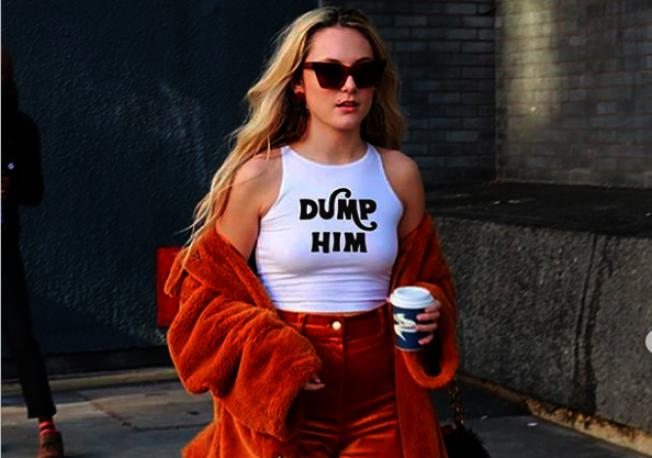 20歲英國插畫師季芬設計、有「甩掉他」字樣的T恤和托特包,在社群媒體平台上大受追捧。翻攝自推特Florence Given帳號