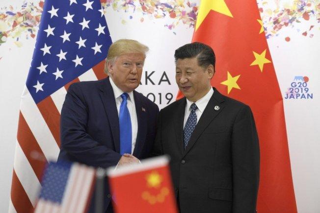 美國總統川普(右)說,他曾經稱中國國家主席習近平為他的好友,但兩人現在可能不如以往親近。 美聯社