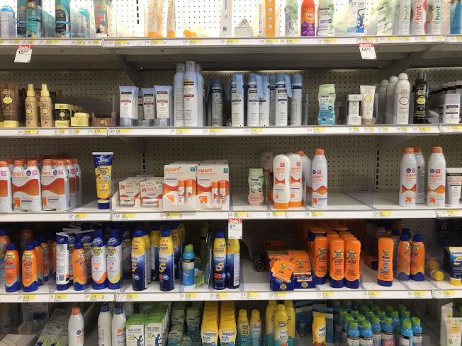 市面上防曬產品眾多,購買前最好先了解成分。(記者吳政儀╱攝影)