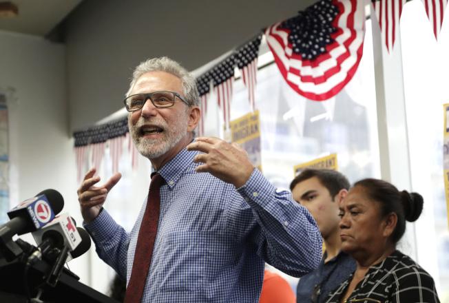 佛羅里達州南邁阿密市與移民維權組織控告佛州州長德桑提斯,因為州長簽署法令,要求地方執法部門與聯邦移民官員合作。圖為活動分子佛瑞德在記者會中發言。( 美聯社)