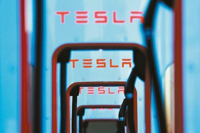 特斯拉(Tesla)的官網顯示,這家美國電動車大廠已調降平價車款Model 3的價格,同時調漲高級車款Model X及Model S售價,也調降所有運往中國的車款售價4%-6%。特斯拉股價16日早盤跌1.9%。 路透