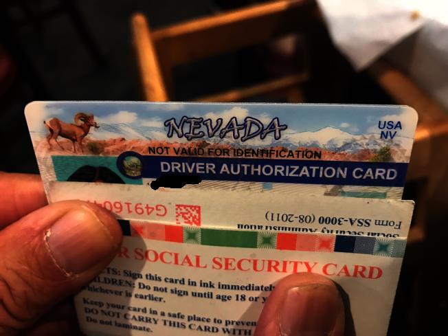 華哥隨身總會攜帶好幾張社安卡及駕照,以備不時之需。(特派員黃惠玲/攝影)