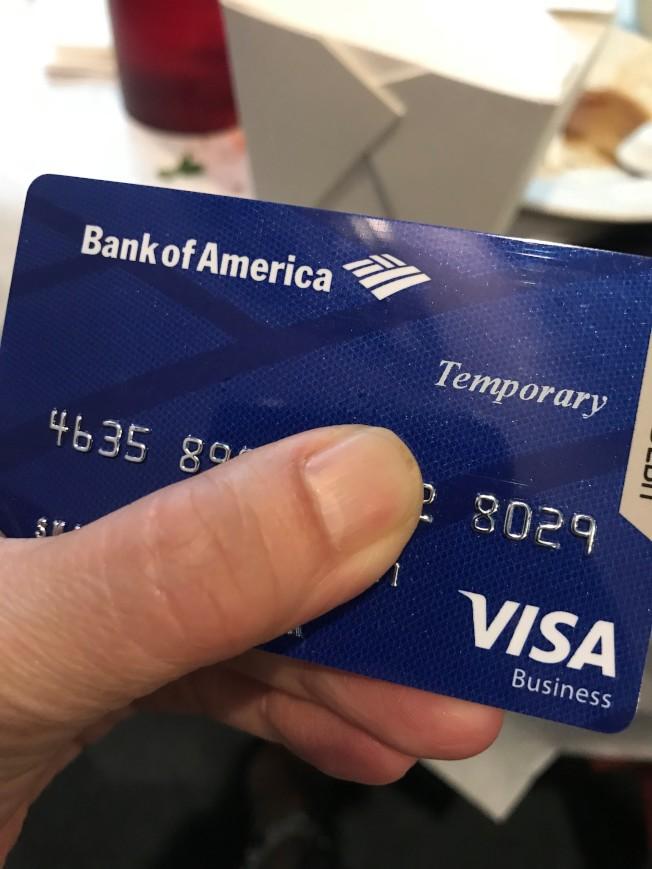 華哥皮夾隨手就可掏出好幾張用假身份開立的銀行帳戶。(特派員黃惠玲/攝影)
