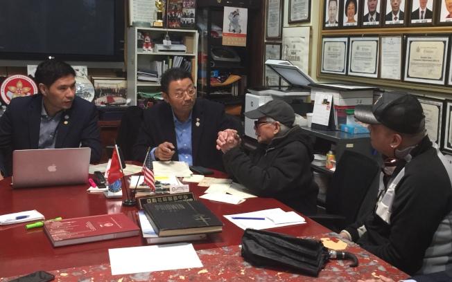 黃學炎(右二)在向紐約華人社團求助。(記者黃伊奕/攝影)