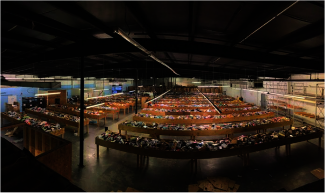 亞馬遜在夏樂市西南部近郊,開設了一個積壓品大批發供應店Bintime,每周有40多萬件貨品減價出售。(取自Bintime臉書)