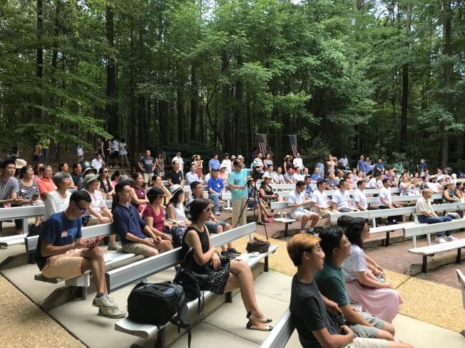 支持民眾參加在凱瑞龐德公園(Bond Park)舉行的誓師大會。(記者王明心/攝影)