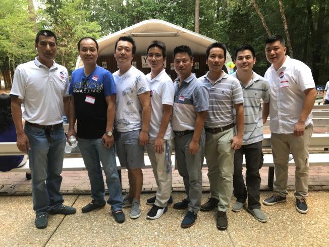 北卡華商團的閩裔餐廳業主參加誓師大會,表達他們對劉廣亞的支持。(記者王明心/攝影)