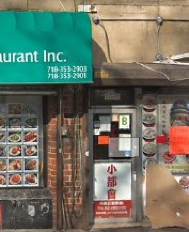 法拉盛「小都會」餐廳的一名員工被一名華人男顧客用茶壺砸傷頭部。(谷歌地圖截圖)