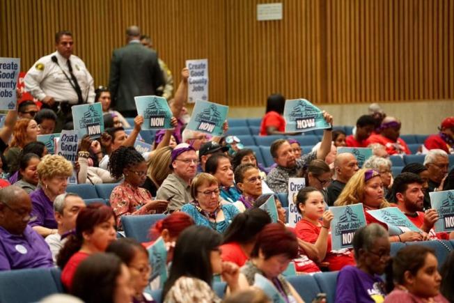 工會支持洛縣政府減少外包工作。(SEIU Local 721臉書)