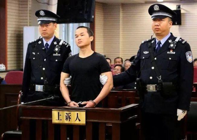 4月11日,被告人張扣扣(前)在漢中市中級人民法院庭審現場。(取材自浙江在線)