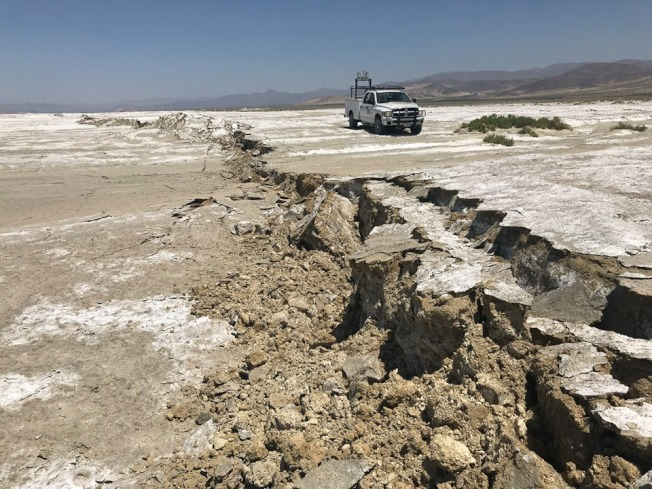 美國地質調查局工作人員,在南加大地震震央附近的海軍中國湖空中武器中心,檢測斷裂的地表。(USGS/Ben Brooks)