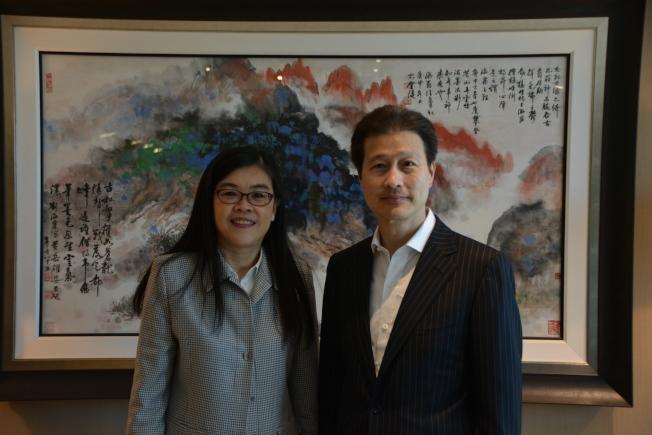 洛杉磯世界日報社長于趾琴(左)和華美銀行董事長兼首席執行長吳建民交流。(記者張越/攝影)