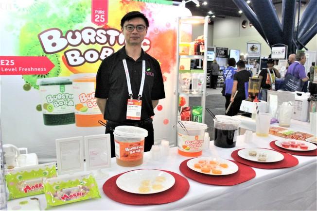 BOSSEN銷售經理Howard表示,珍珠奶茶詢問度高,優格冰淇淋也相當熱銷。(記者郭宗岳/攝影)