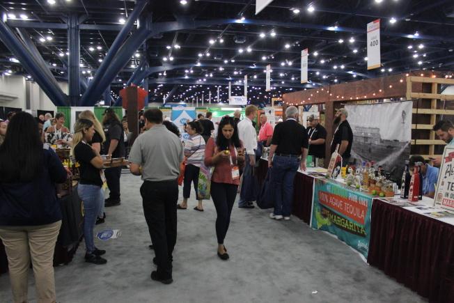 德州食品展14、15日舉辦,場內香味四溢,牛排、紅酒、各式甜品,來自台灣的珍珠奶茶,各式美食讓人目不暇給!(記者郭宗岳/攝影)