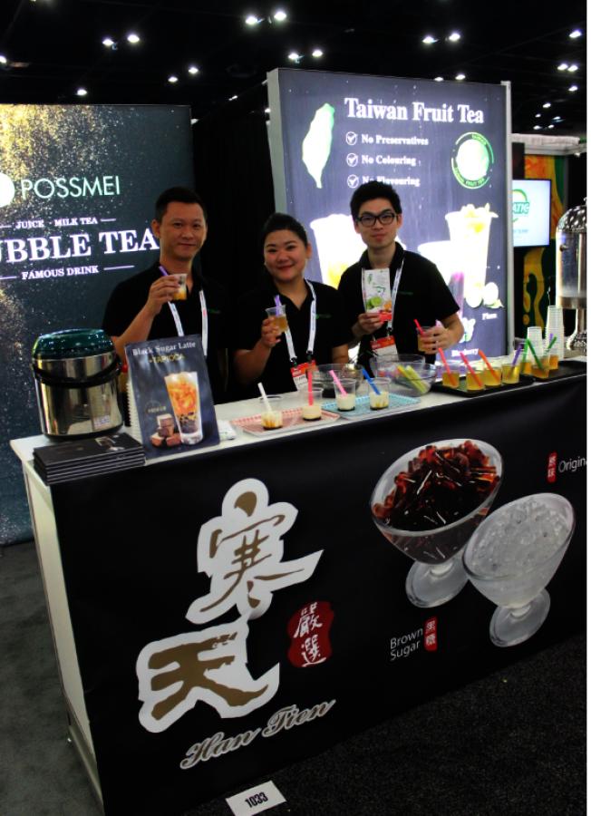 POSSMEI除了熱銷的珍珠奶茶外,還推出逐漸受多人喜愛的黑糖奶茶。(記者郭宗岳/攝影)