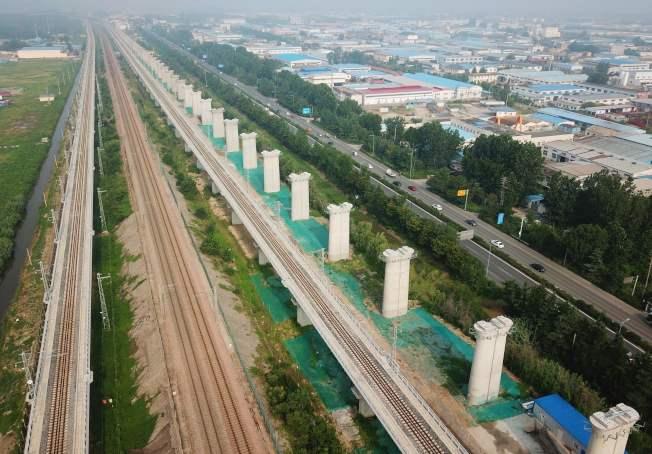 在美中貿易戰期間,中國加速國內經濟建設,圖為江蘇連雲港市附近興建的高鐵。(Getty Images)