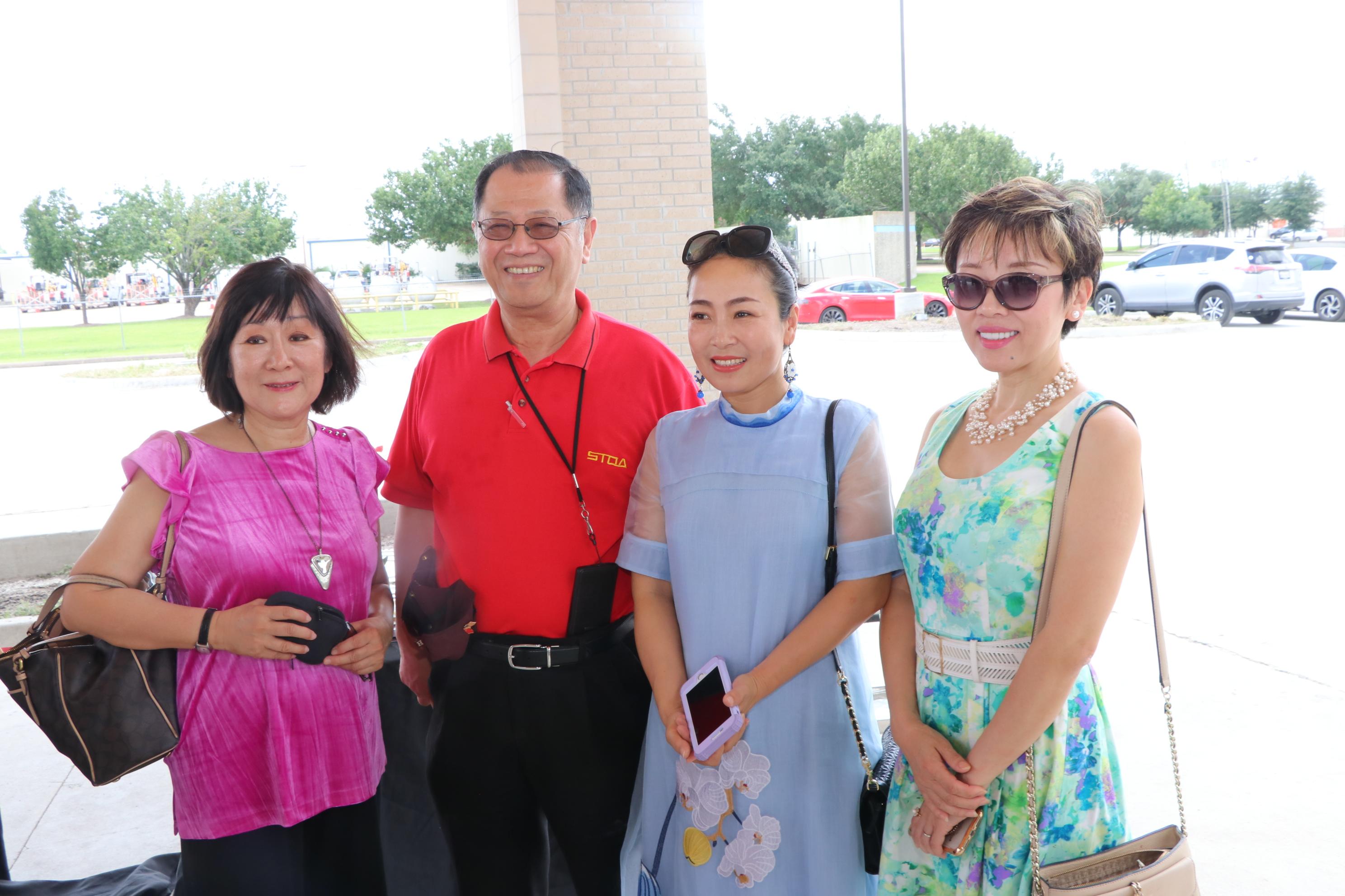 德州共贏地產總裁Anna Wang(右二)與李兆瓊(左二)配合銷售業務。