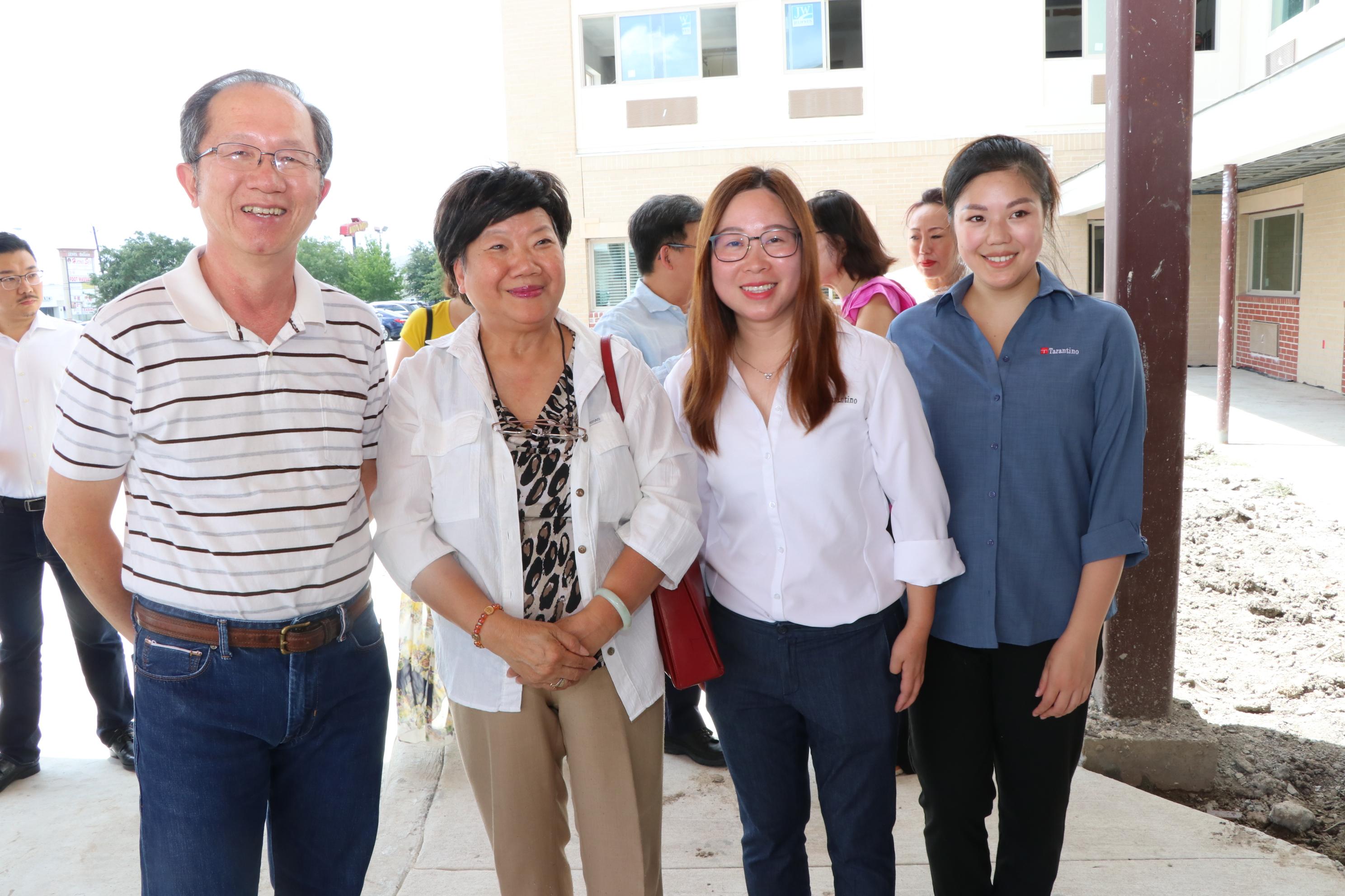 松園居對外協調員李慧莹(右二)向關心老人福利的周宏(左二)講解未來的服務範圍。