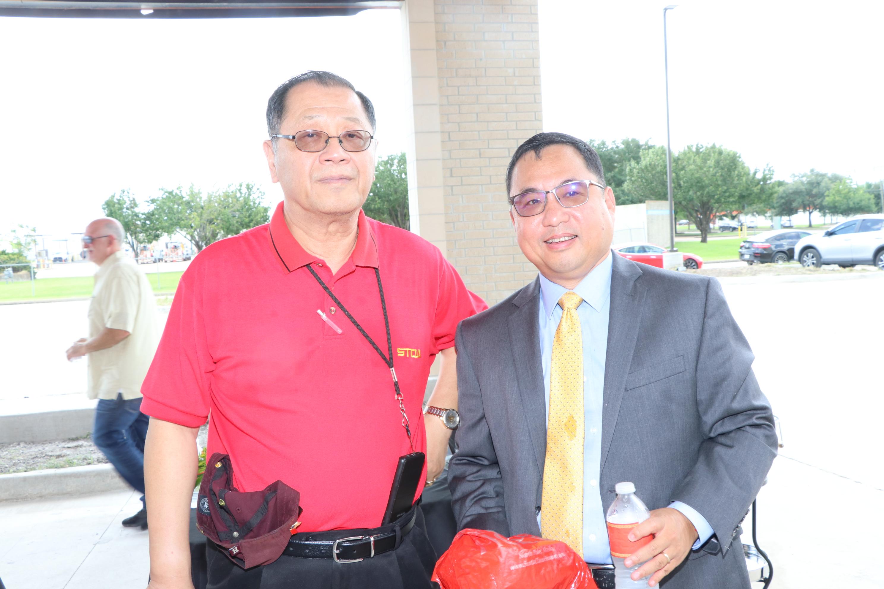 休士頓亞裔商會會長喻斌(右)表示,銀髮族公寓的市場未來潛力十足,他高度讚揚李兆瓊(左)眼光獨到。