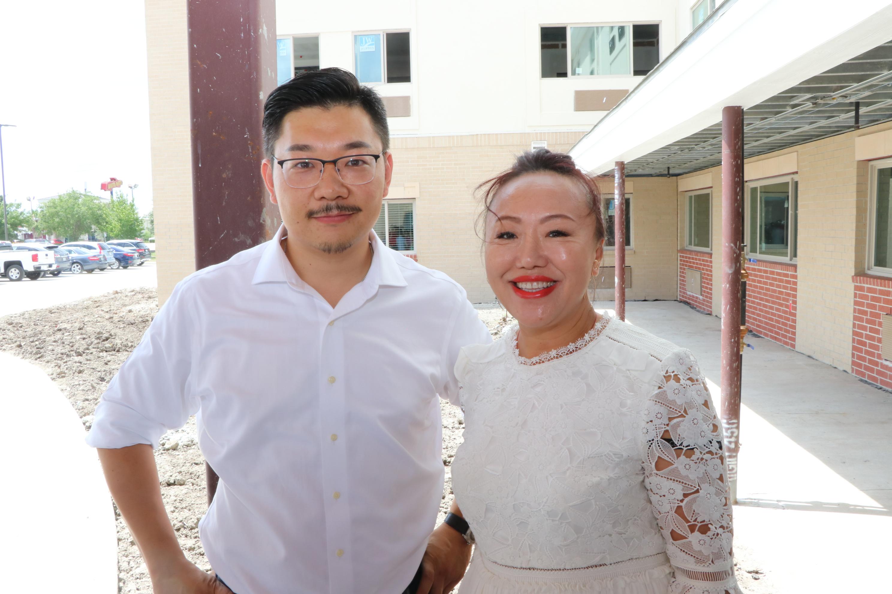 Keller Williams專業地產經紀人王藝達(右)與天慶集團總裁東昊益,在松園居相見歡。