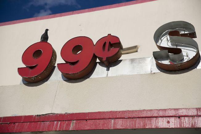 佛州邁阿密一家99¢廉價商店倒閉,徒留招牌。(Getty Images)