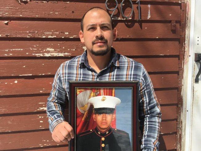 身為退伍軍人的艾斯奎達(見圖,手持他的軍裝照),終於拿到護照。(取自推特)