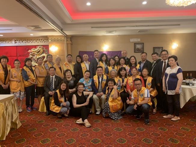 廖本卿(第二排左四)當選第33屆國際獅子會紐約法拉盛分會會長。(記者牟蘭/攝影)