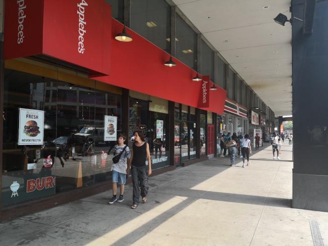 布碌崙點周邊,餐飲店多,還有大型商場,生活便利。(記者黃伊奕/攝影)
