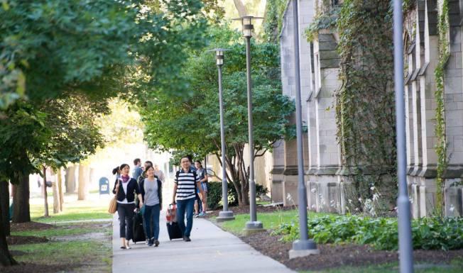 芝加哥大學今秋入學新生一年花費將首次逾8萬元。(芝大官方臉書截圖)