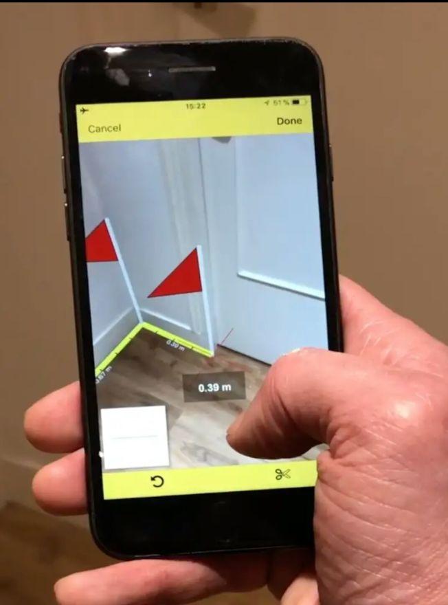 手機攝像頭結合AR功能來量取空間距離,量完房間便可生成平面圖。(CamToPlan PRO廣告視頻截圖)