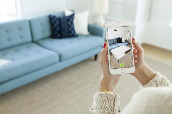 「Houzz」透過攝像頭結合AR功能,可以把產品在買回來前就「放」在家裡試效果。(Houzz官網)