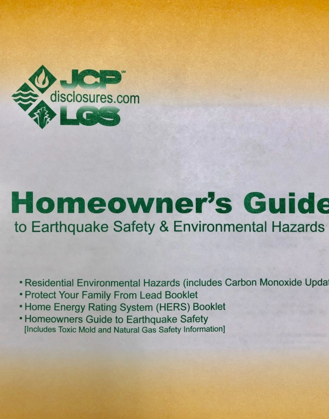 加州房屋交易必須提供買方「地震安全與環境危害屋主指南」,詳列地震、土壤液化、坍方、海嘯等危及加州住屋安全的災害。(記者胡清揚/攝影)