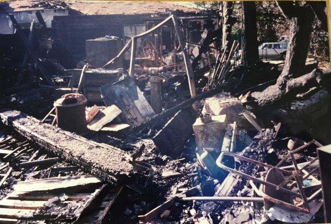 大地震後,房倒屋塌,瓦礫遍地,滿目瘡痍。若無地震保險,屋主可能一無所有。(記者丁曙/攝影)