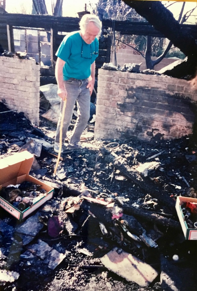 大地震後,痛失家園的老人悲哀地徘徊在斷壁殘垣裡。(記者丁曙/攝影)
