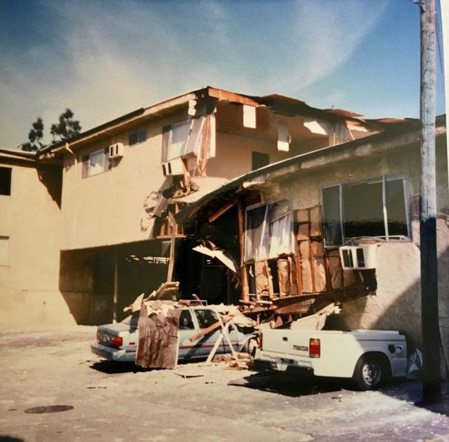 北嶺大地震後,一戶騎樓被震垮,兩輛汽車被擠壓在崩塌的牆壁下。(記者丁曙/攝影)