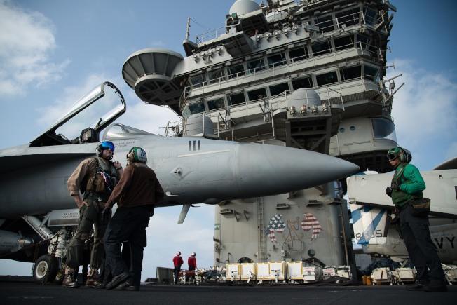 美國核武在歐洲的部署地點包括比利時、德國、義大利、荷蘭和土耳其。圖為美國林肯號航空母艦上的F/A-18戰機。(美聯社)