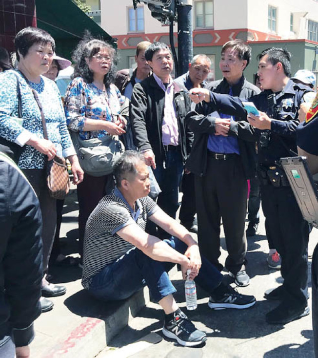 黃中華(坐者)及黃宏昶(右二)在華埠被多名非裔集體殘暴攻擊的事件,已成為全市及全灣區華人社區街頭巷尾討論的話題。(記者李秀蘭/攝影)