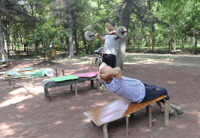 專家說老人不適合做仰臥起坐和舉重等運動。(中新社)