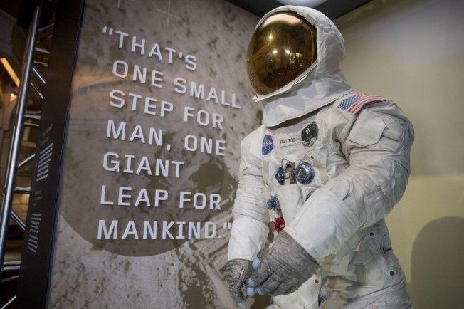 適逢阿波羅11號發射升空50週年,阿姆斯壯(Neil Armstrong)在登月行動穿的太空衣16日在史密森尼國家航太博物館公開展示,這是13年來的首次。 美聯社