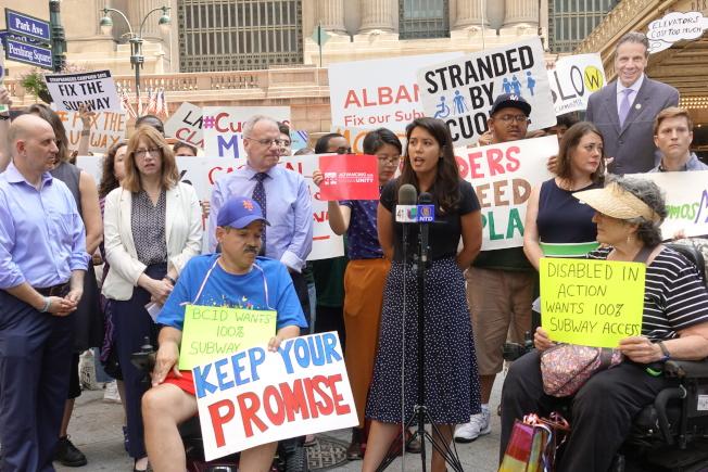 維權組織、民選官員聚集在大中央車站前,呼籲紐約市盡快整修全市地鐵。(記者金春香/攝影)