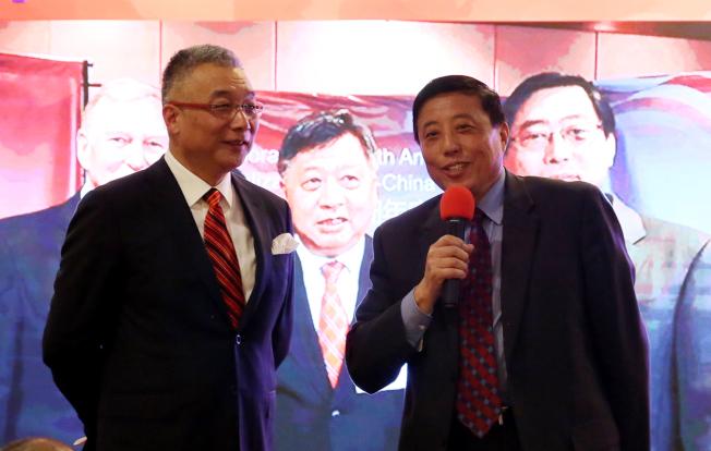 中國商會秘書長金大鳴(右)代表商會向李強民致意,左為晚宴主持人岳京生。(記者張蕙燕/攝影)