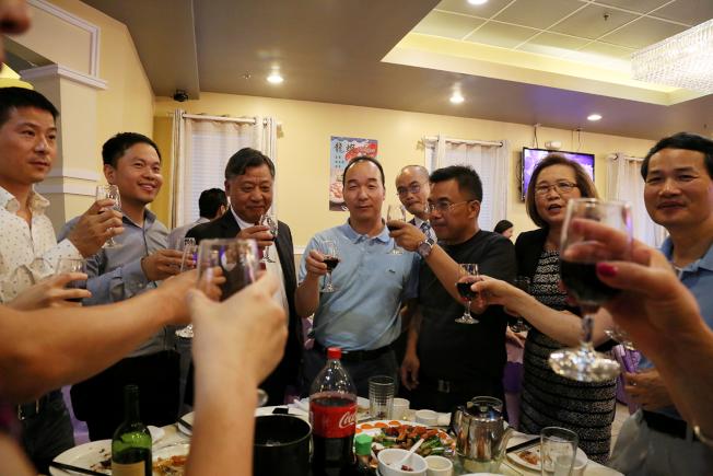 福建同鄉會向李強民敬酒歡送他回國。(記者張蕙燕/攝影)