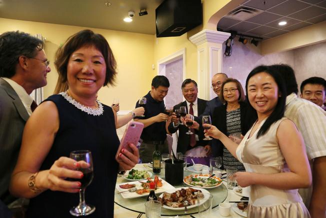 全美華人協會向李強民敬酒歡送他回國。(記者張蕙燕/攝影)