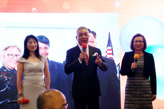 中國商會的羅毓君(左起)、人大的岳京生和全美華人協會的周曉燕等三位代表,以粵語、普通話和英語開場歡迎大家一起到場舉辦李強民的歡送晚宴。(記者張蕙燕/攝影)