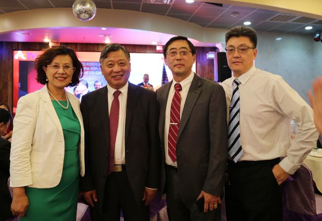 李雁翔(左三)夫婦與周奇峰(右)向李強民表達中國商會的感謝之意。(記者張蕙燕/攝影)