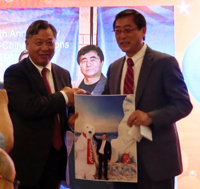 前中國商會會長李雁翔(右)致贈李強民在可口可樂博物館的留影。(記者張蕙燕/攝影)