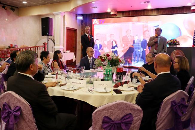 李強民(左)聆聽各社團代表對他的感念,台上為岳京生(左)和劉亞偉。(記者張蕙燕/攝影)