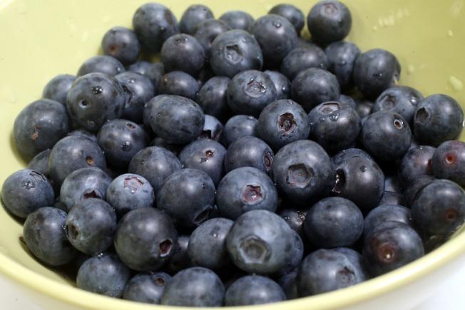 水果顏色愈繽紛,就愈能抗發炎,尤其藍莓含有被稱為「多酚」的抗氧化物質,有助於中和身體發炎反應。本報資料照片